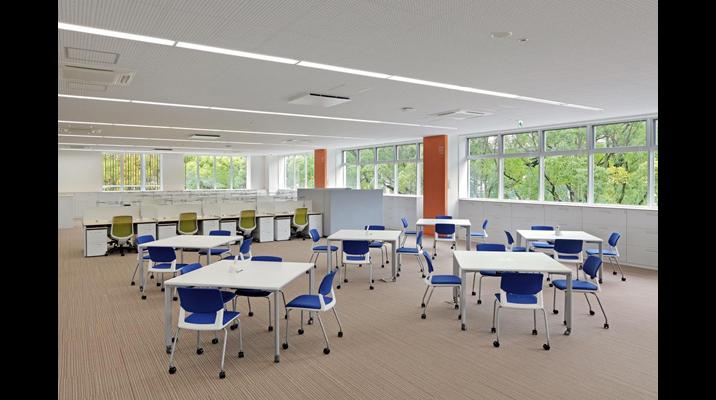 「タッチダウンスペース」のスクエアなテーブルは、フリーアドレス席やミーティングなど、状況に合わせた活用がなされています。