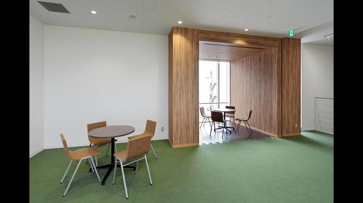 執務室の一角にはこのような「休憩スペース」があります。床・壁・天井のすべてを木質系のデザインとすることで執務室との気持ちの切り替えを図りました。