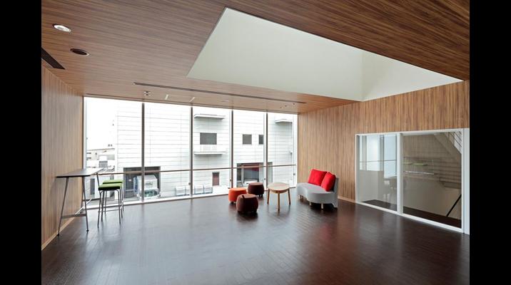 吹抜けを通じて上下階をつなぐ「休憩スペース」は、部門を越えた情報共有の起点となります。