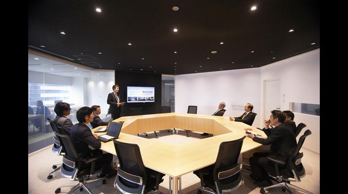 ガラス張りの「プレゼンテーションルーム」は、六角形の部屋とテーブルが印象的。お客様を招いたプレゼンテーションや勉強会に使用されます。
