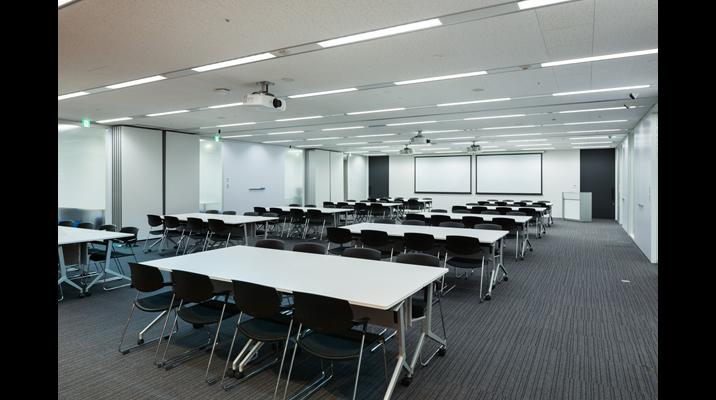 「多目的ルーム」は、3部屋を連結することで最大150人収容可能です。