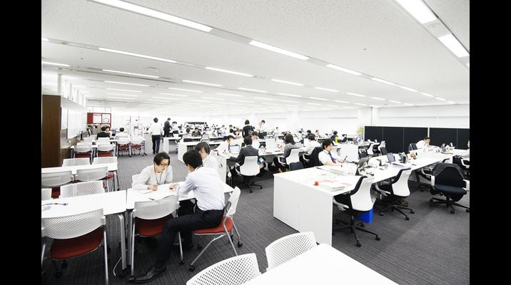 執務エリアの窓側と通路側には「ミーティングコーナー」を配置。オフィス全体では自席の他に約1000席を設け、素早くミーティングできる環境を構築しています。