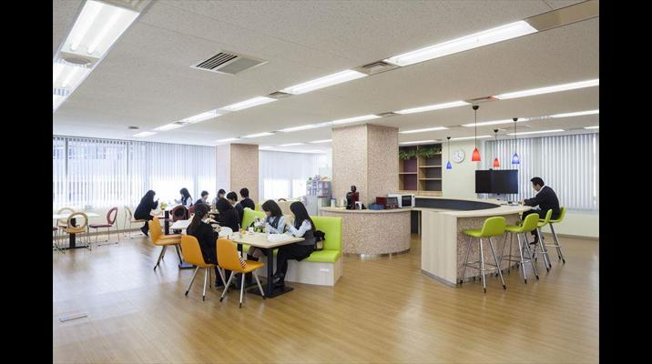 「リフレッシュルーム」 主に社員の昼食、休憩時に利用。あわせて社内イベントも開催し、社内コミュニケーションを図ります。