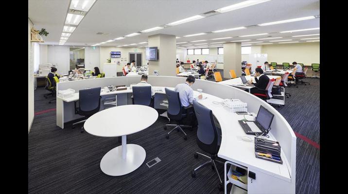 役員およびマネージャーは半円形のデスクを採用。振り返るだけで即時にミーティングできるよう中心にテーブルを備え、部門間の連携を高めています。