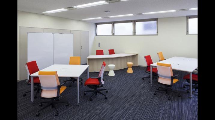 簡易なミーティングや出張者が利用できる「多目的スペース」。出張者も落ち着いて業務に取り組めます。