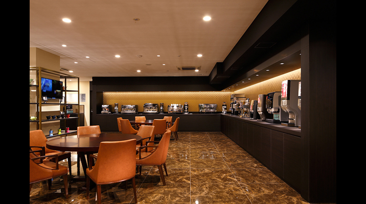 コーヒーのあらゆる提供シーンに対応できる50種以上のコーヒーマシン。周りをダークカラーで構成することで、コーヒーマシンを象徴的に展示しています。