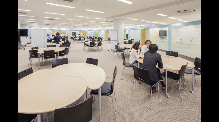 コミュニケーションスペースでは、タブレット端末やPCを活用しながら部門や会社を超えたワークスタイルに挑戦。講演会や社内イベントでも活用されています。