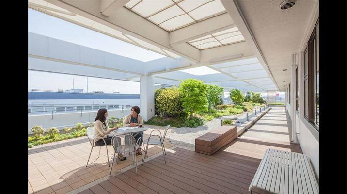 緑のあるくつろいだテラスは、打合せやランチスペースとして利用。陽射しの強い日にはキャンバス地の庇(ひさし)を下ろします。