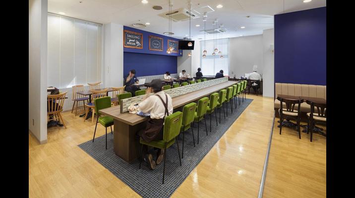 レトロなカフェのようにくつろげる空間にするため、家具はアンティーク調のものを選定しました。大テーブルの下は色味の異なるタイル調の仕上げとすることで雰囲気を変えています。