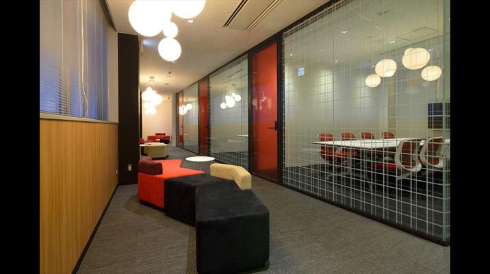 ガラス張りの来客会議室。部屋ごとに「ホノルル」「ニューヨーク」など都市の名前をつけられています。