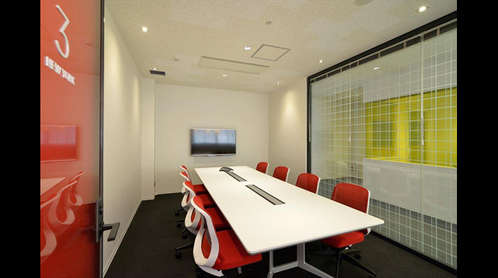 会議室の中は、コーポレートカラーを基調に統一されています。