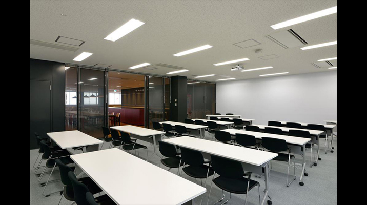 ラウンジに隣接し、懇親会・休憩などの連動利用がしやすい研修室。