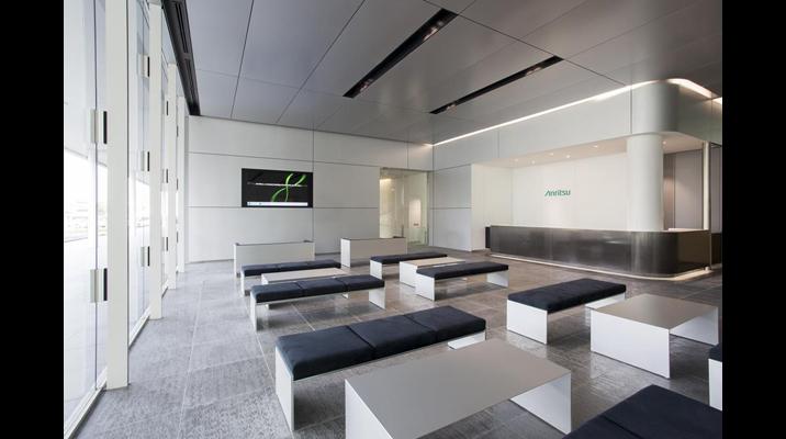 レセプションエリアは、会社の先進性を伝える、シャープなデザイン。