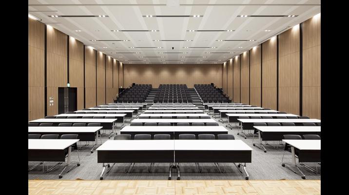 ホールは、移動観覧席との組み合わせで約400名収容可能。社内会議だけでなく、研究発表会、展示会などのイベントにも利用されます。