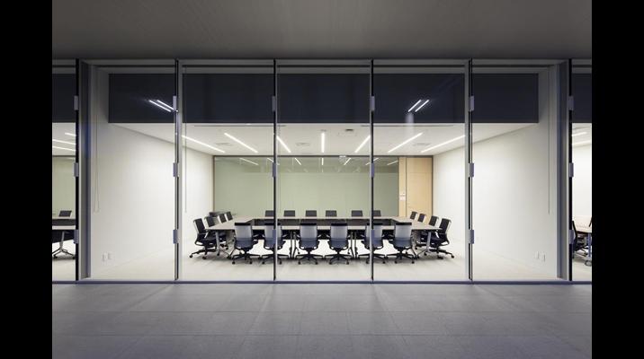 1F会議室は、外部側、廊下側ともに全面ガラス張りです。