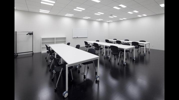 コラボレーションルームは、パートナー企業との協業をはかる空間。実際にモノを見ながら議論できるよう高耐荷重のテーブルを採用。