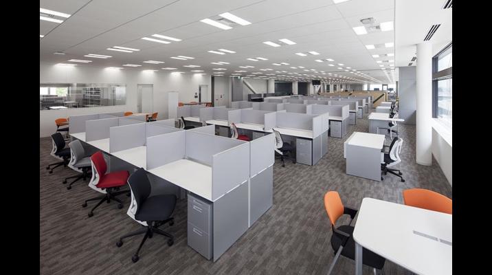 執務エリアは、研究開発部門には高さ500mmのデスクトップパネルに囲まれて集中できる環境を構築しています。