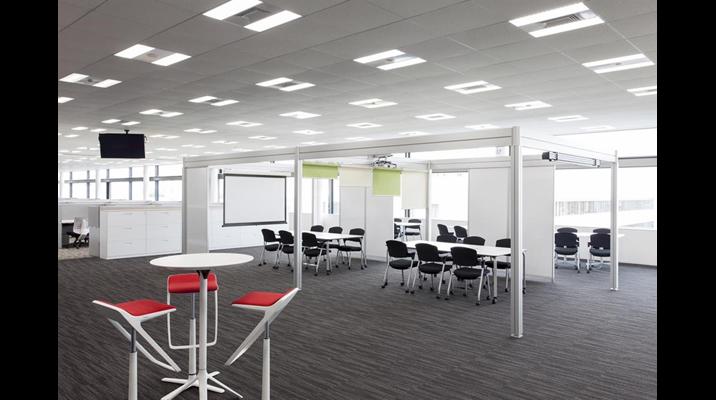 研究開発部門エリアの一角にはミーティングやプロジェクトに使用するホワイトボード対応のやぐらスペースを設置。