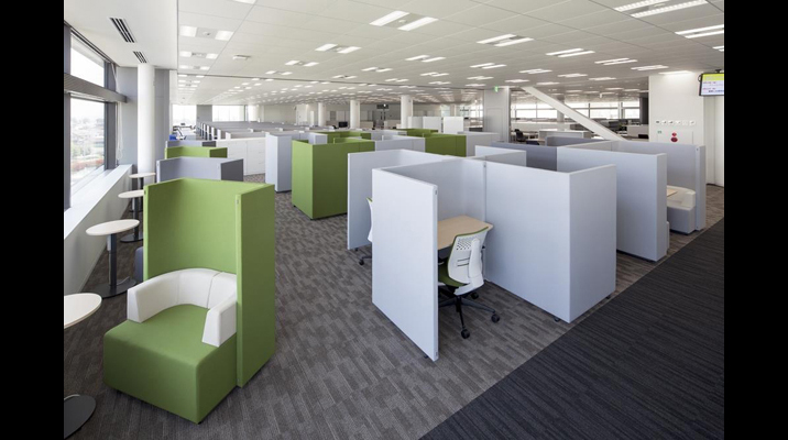 『KOMORUスペース』は、より集中が必要な際に、こもって作業するためのブース席を多数設けた空間です。