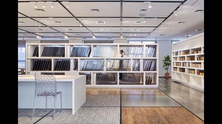 3Fショールーム。床材の一覧と視線の広がりを両立した展示計画。