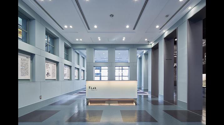 1Fギャラリーフロア。マイケル・グレイブス氏により設計されたスクエアグリッド建築をベースに展示計画を調和させたデザイン。