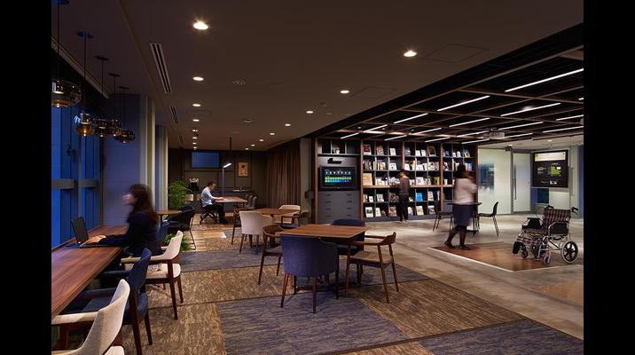 2Fラボフロア。施設利用者に開放されたアトリエ空間には、選書集団バッハによりセレクトされたライブラリーを併設。