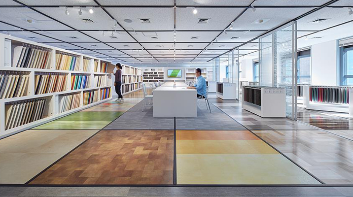 3Fショールーム。床材のデザインが一覧でき、中央のテーブルでデザイン検討できる空間。