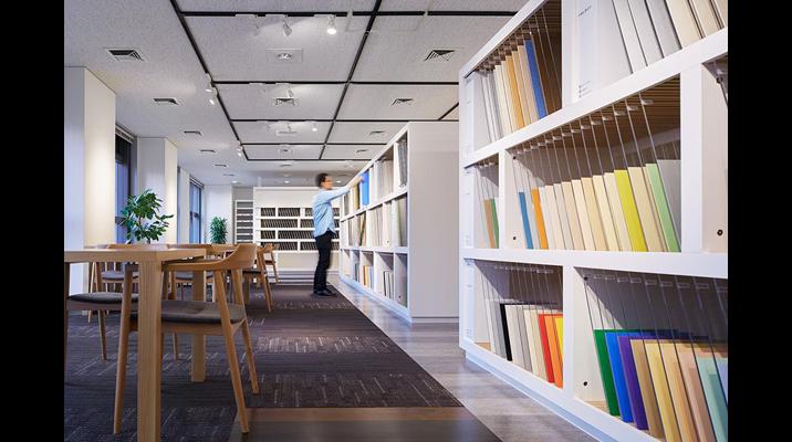 3Fショールーム。床材のデザインが一覧できる展示什器。