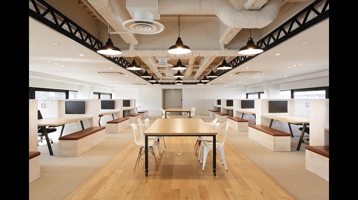 見詰め合う席配置。着座すると、対面の役員席と通路中央の会議席に、必ず視線が集まる配置です。