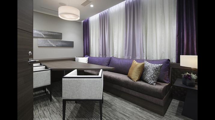 コンサルティングルームはお客様がゆったりくつろげるオリエンタルな要素を取り入れた空間。閉鎖感を避けるため、窓を感じさせるカーテンを設置して間接照明で光を表現しました。
