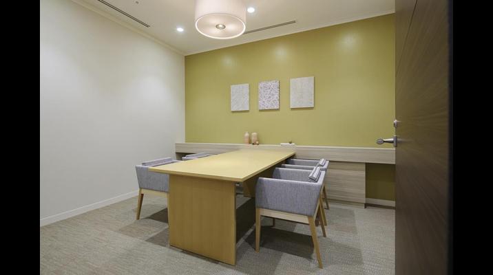 明るめの木目と柔らかい色使いで優しい印象のコンサルティングルーム。