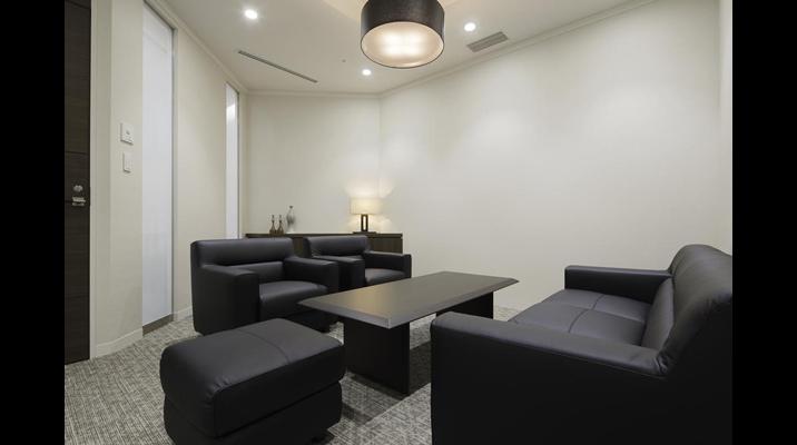 空間に合わせて制作した装飾什器にスタンドランプを設置した応接室。落ち着いた雰囲気を演出しています。
