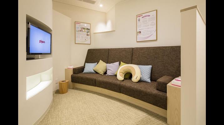 くつろげる待合スペースは、混雑時には授乳も行える授乳姿勢に配慮したソファを設置。クッションは赤ちゃんが触れたときに好奇心が生まれるように、質感や色の異なるものを用意しました。