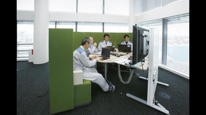 ソファタイプの打ち合わせスペースは、オープンながら囲われ感があり、ディスプレイを活用することにより集中して議論できます。