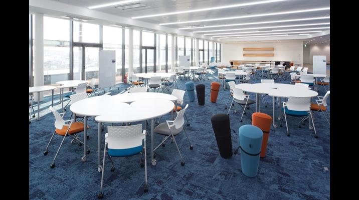 眺めのよい最上階のフューチャーラボは社内外の協創を進めるスペース。ワークショップや勉強会を開催しています。