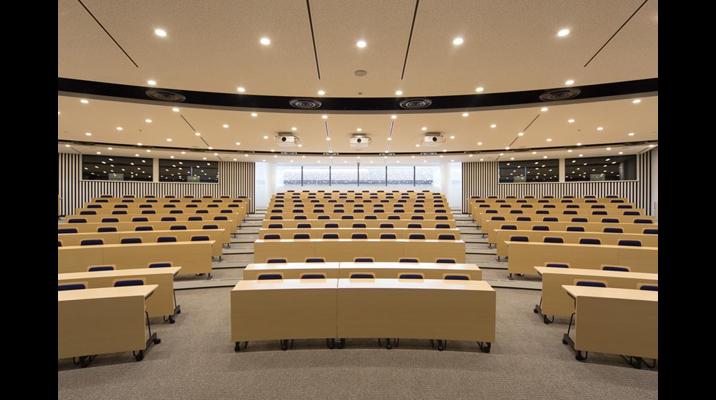学会や講演、プレゼンなどを開催できる円形講義室。250席を備え、4カ国語の同時通訳に対応しています。