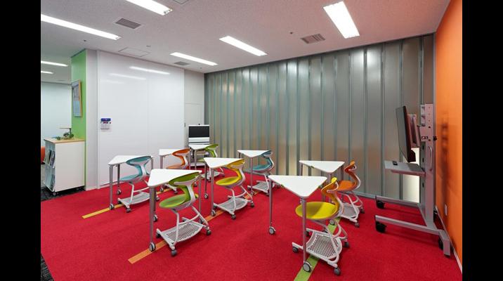 「キャンパス」エリア。会議・講習会の際にはレイアウトを簡単に変更。壁面一面のホワイトボードも活用します。