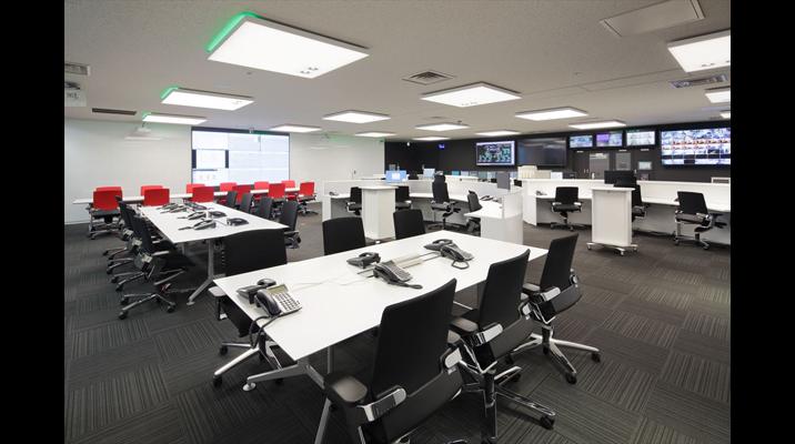 壁面には2台の短焦点プロジェクターも設置し、さまざまな情報を流せるようにしています。