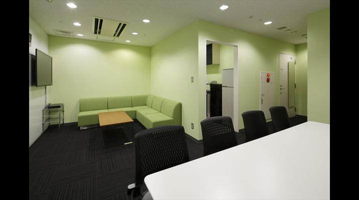 リフレッシュコーナーは執務室とは別室に独立して設けています。くつろぎを与えるカラーを用いています。