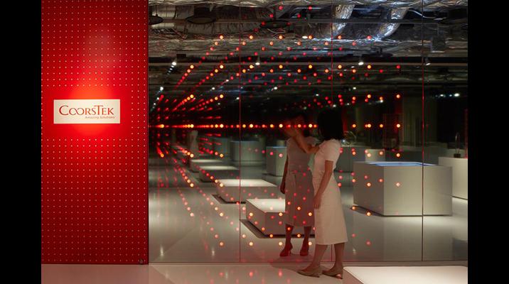 光のDotは触れるとインタラクティブに動き出し、企業ブランドと技術を表現しています。