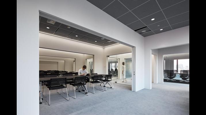 社外会議エリアは同じモジュールのゲートがリピートして各会議室の境界をつくります。