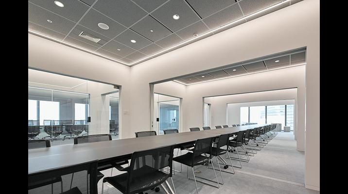 会議室間の境界は引戸を用いており、全体をつなげた会議から個別の会議まで用途にあわせて広さを調整できます。