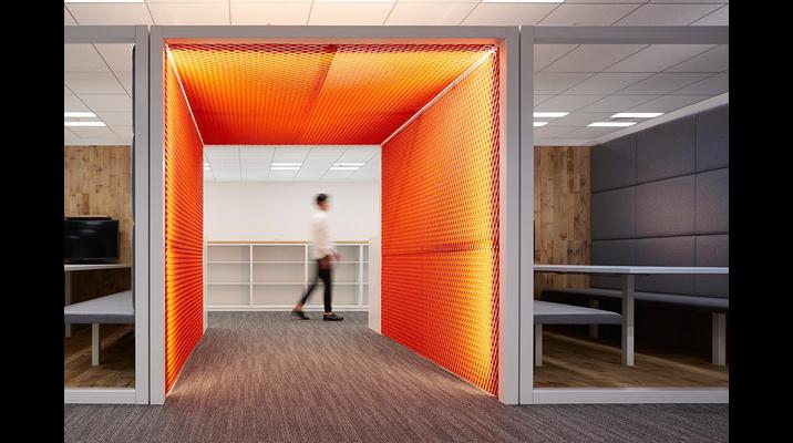 その中で唯一の特異点としてオレンジの光に包まれる「クアーズテック ゲート」がオフィス中央に配置され、ワーカーの気持ちを切り替えます。