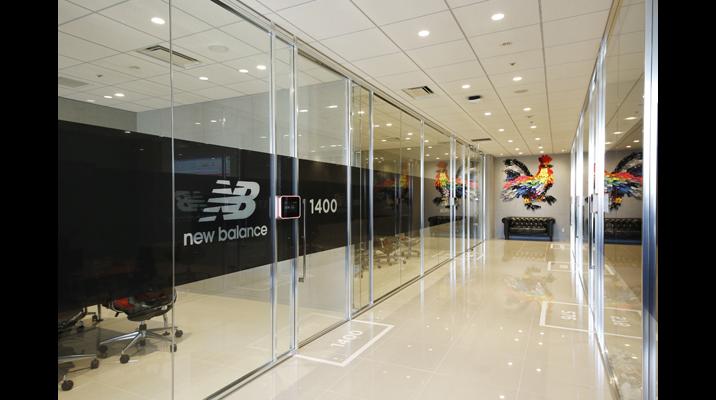 オフィスはショップのデザインコードを踏襲したモノトーン基調。オフィスのいたるところにロゴやアイコン、ブランドメッセージが掲げられ、インナーブランディングに寄与しています。会議室名には人気モデルの型番を使用しています。