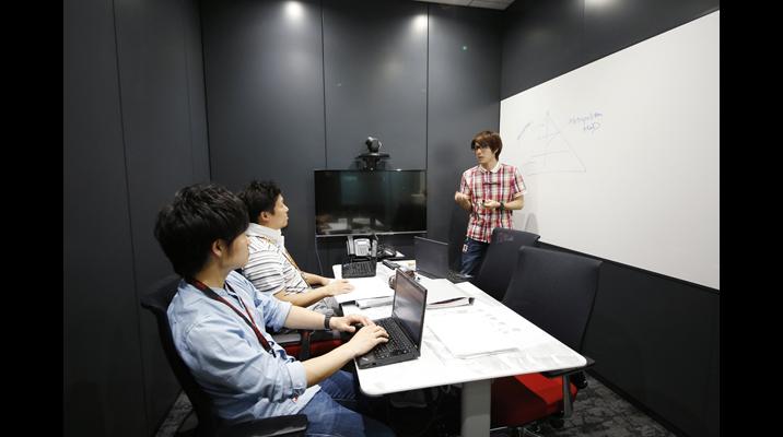 バイヤー様との商談スペースが不足していたため会議室は7室から16室に大幅に増やしました。全室にモニターを設置したことで、自発的に社内会議では資料配布の代わりに投影するようになりました。