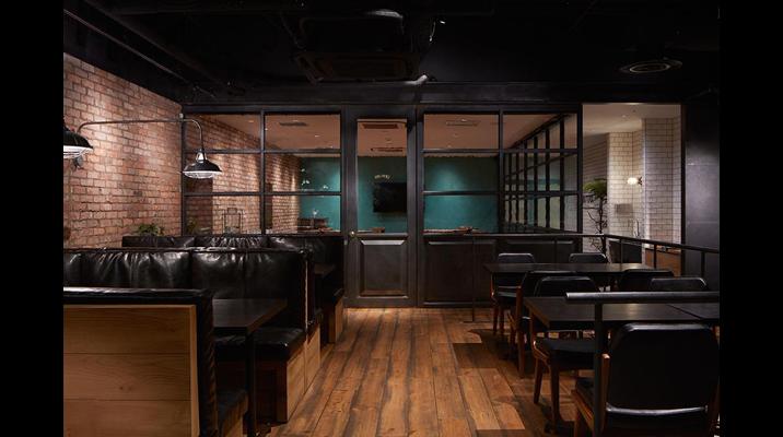 """一段上がったグループエリアと、奥にある""""BIG WIG""""と名付けた個室の役員食堂。"""