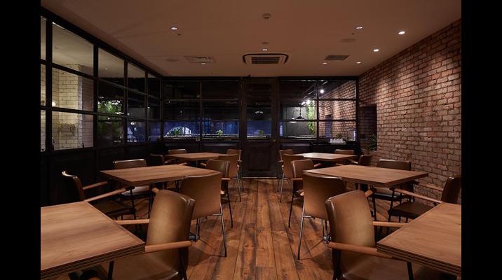 ガラス張りの役員食堂は、ランチタイム以外は予約制の会議室として利用できます。