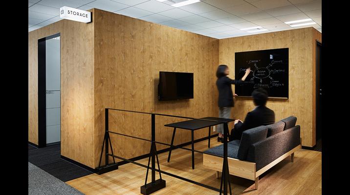 ボックス「PIT」によって囲われた隙間にできた「街路」のような空間は、少人数のコミュニケーションスペースとなります。