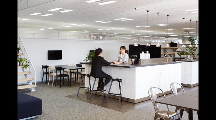 「センターカフェ」には、人が訪れる動機となるドリンクカウンターを設けています。