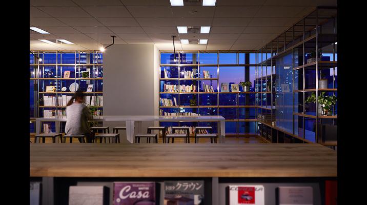 「センターカフェ」ではライブラリ機能として、ライフスタイルやクリエイティブ書籍を集約し、共有しています。